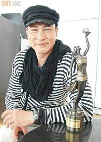simon-yam-at-the-airport-with-award2